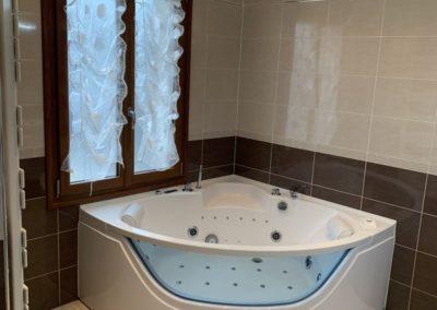 Réalisation d'une salle de bains complète - Baignoire Balneo Quart de rond avec vitre à Villeneuve saint germain 02200