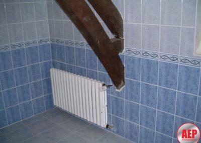 Réalisation d'une salle de bains complète - radiateur fonte- poutre apparente - à Noyant et Aconin 02200