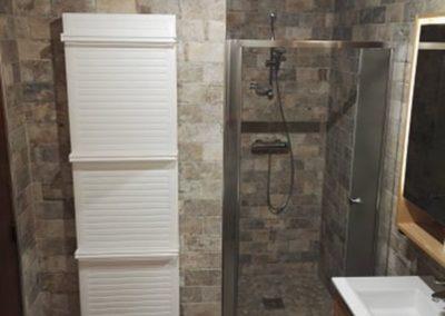 Réalisation d'une salle de bains - Douche à l'italienne - radiateur sèche serviettes à Villeneuve saint germain 02200